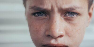 ゴミ屋敷での暮らしは子供への悪影響大。虐待の一種かも
